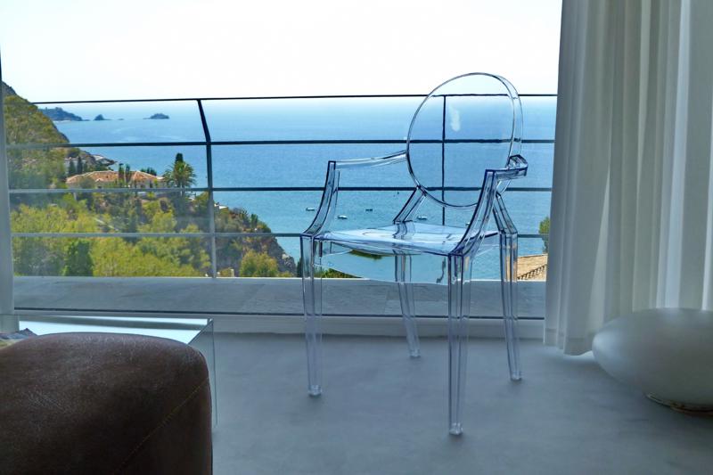 Modern minimalist villa with stunning views almu car for Modern minimalist villa