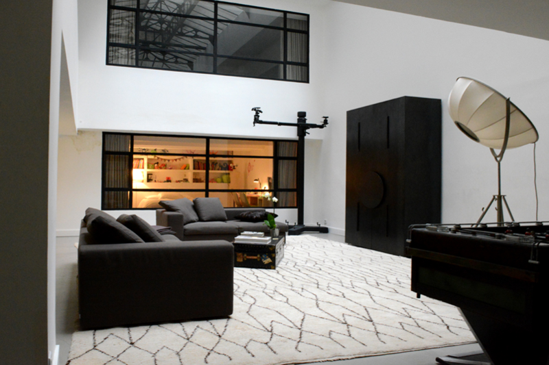 magnifique loft contemporain parisien design by. Black Bedroom Furniture Sets. Home Design Ideas